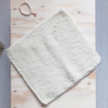 Couverture de petite poupée tricotée